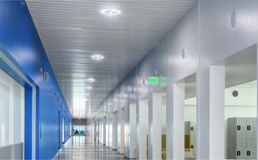 Instalace světlovodu série Solatube Brighten Up® na chodbě